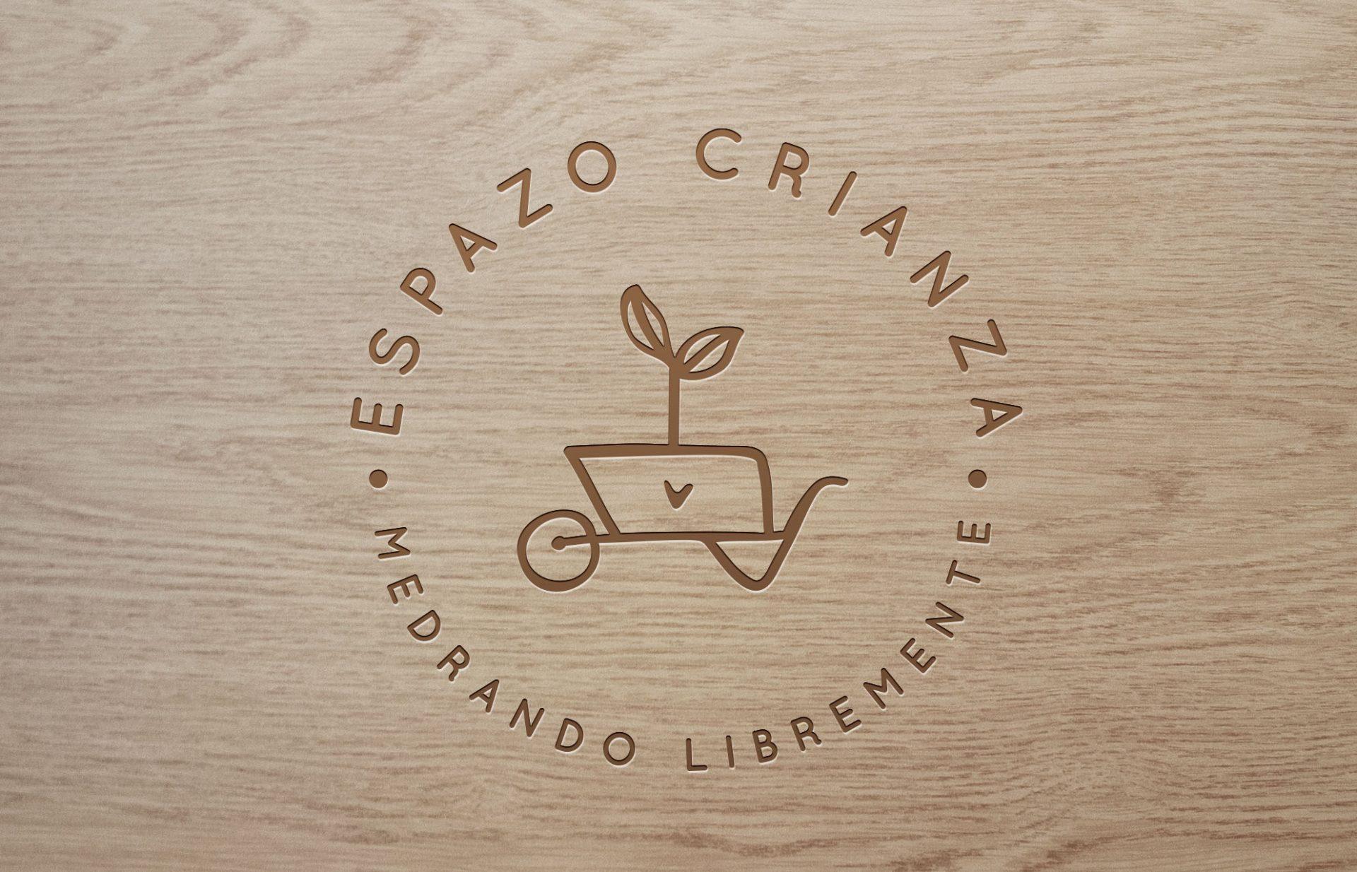 Logo_sobre_madera Espazo Crianza